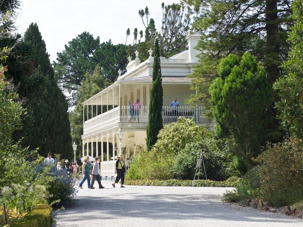 8 mins walk to Como House and Garden
