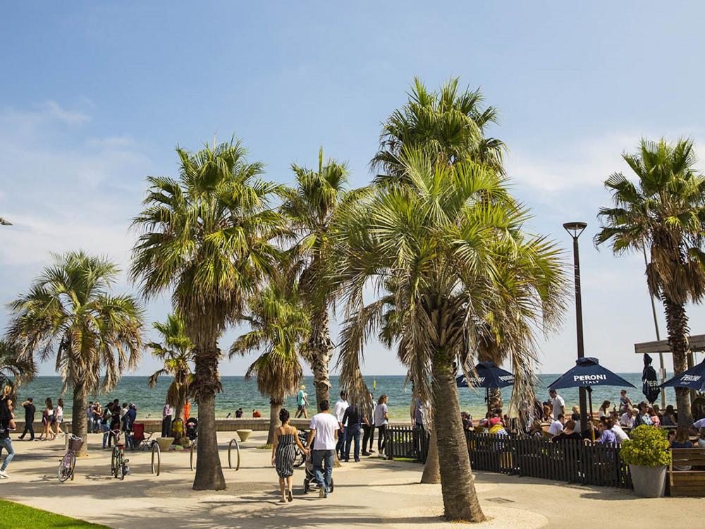9 mins walk to St Kilda Beach