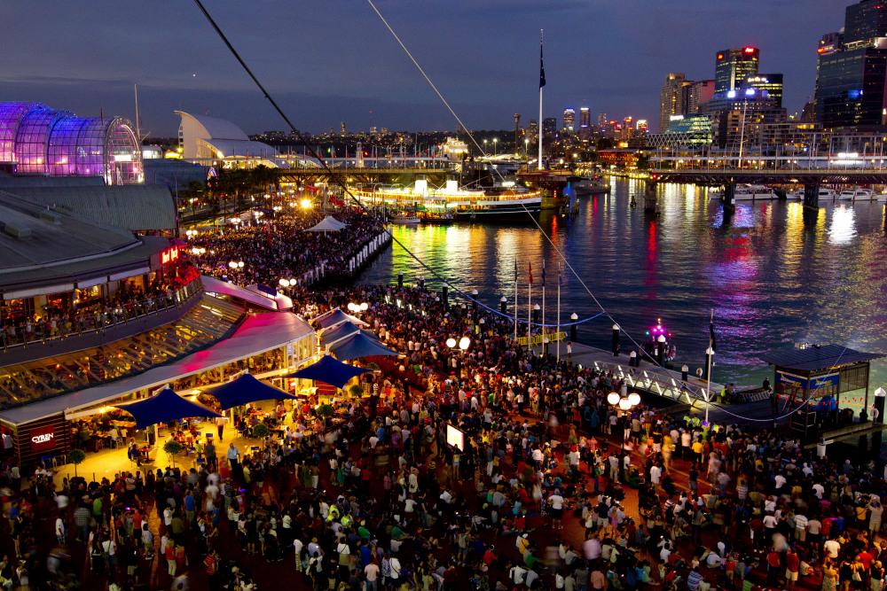 10 mins walk to Darling Harbour