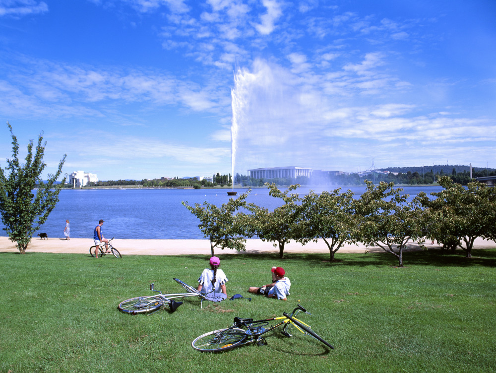 9 mins drive to Lake Burley Griffin