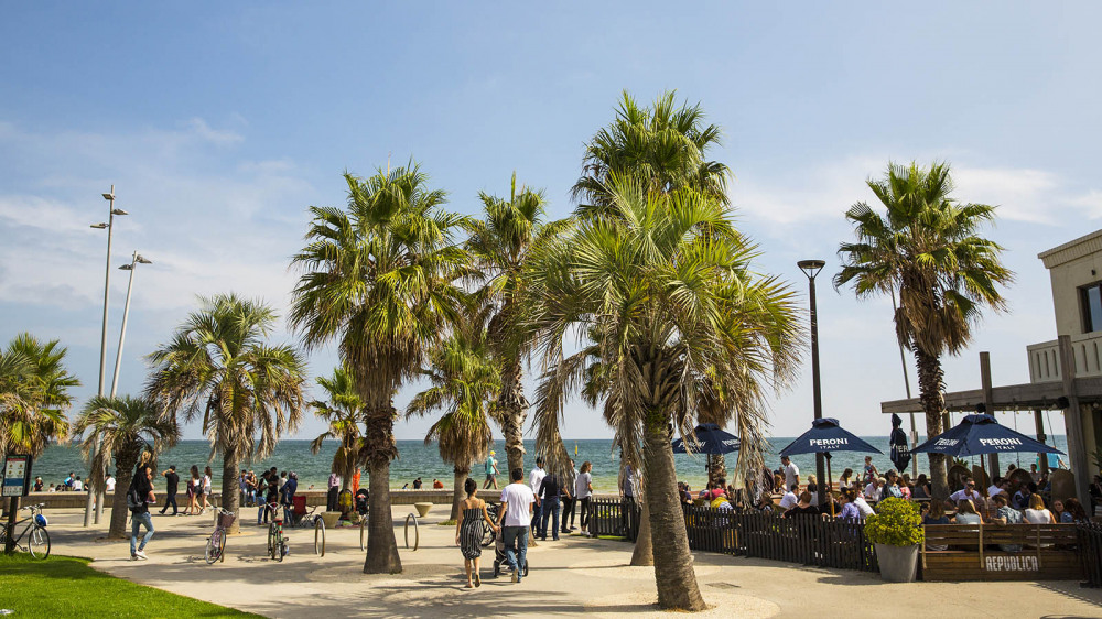 8 mins walk to St Kilda Beach